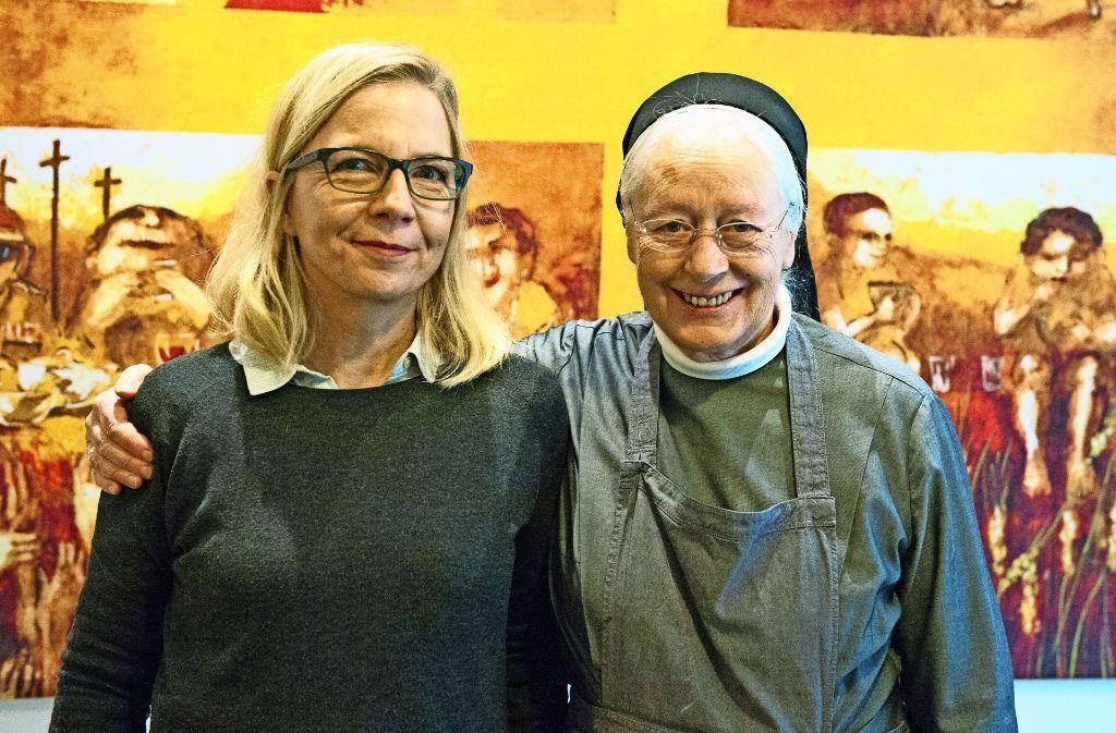 Sabine Constabel  (li.) mit Schwester Margret. Mit   Plakaten  machte die Stadt auf die Probleme im Milieu aufmerksam. Foto: Lichtgut/Willikonsky, Piechowski