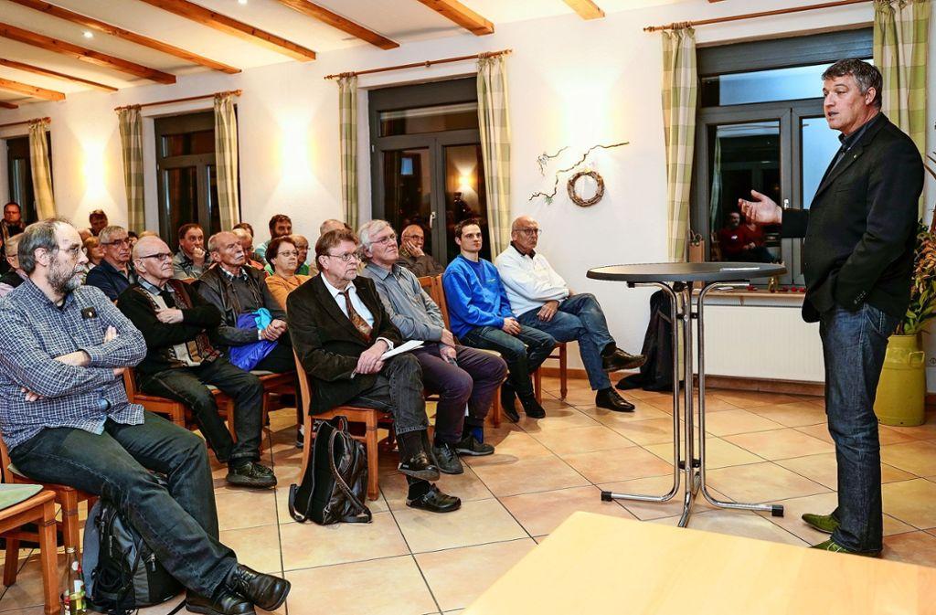 Michael Stierle (r.) erklärt die Hesse-Bahn. Rede und Antwort steht später auch Uwe Lahl (mit Krawatte). Foto: factum/Jürgen Bach