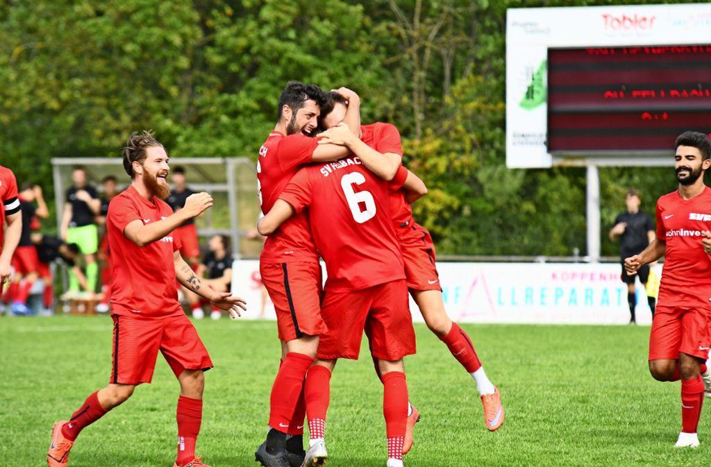 Die Mitspieler bejubeln Jamie Miller (Nummer 6), der per Kopf die Führung für den SV Fellbach erzielt hat. Foto: Maximilian Hamm