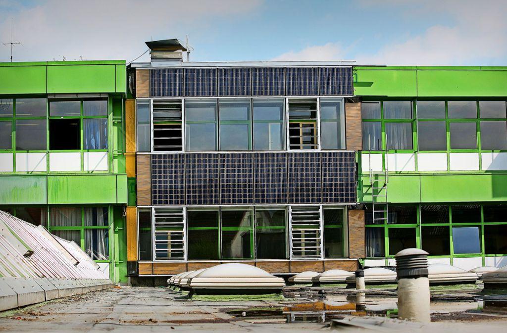 Mit dieser Musterfassade, unser Foto wurde im April 2014 aufgenommen, sollte die neue Verglasung am Michelberg Gymnasium getestet werden. Foto: /Horst Rudel/Archiv