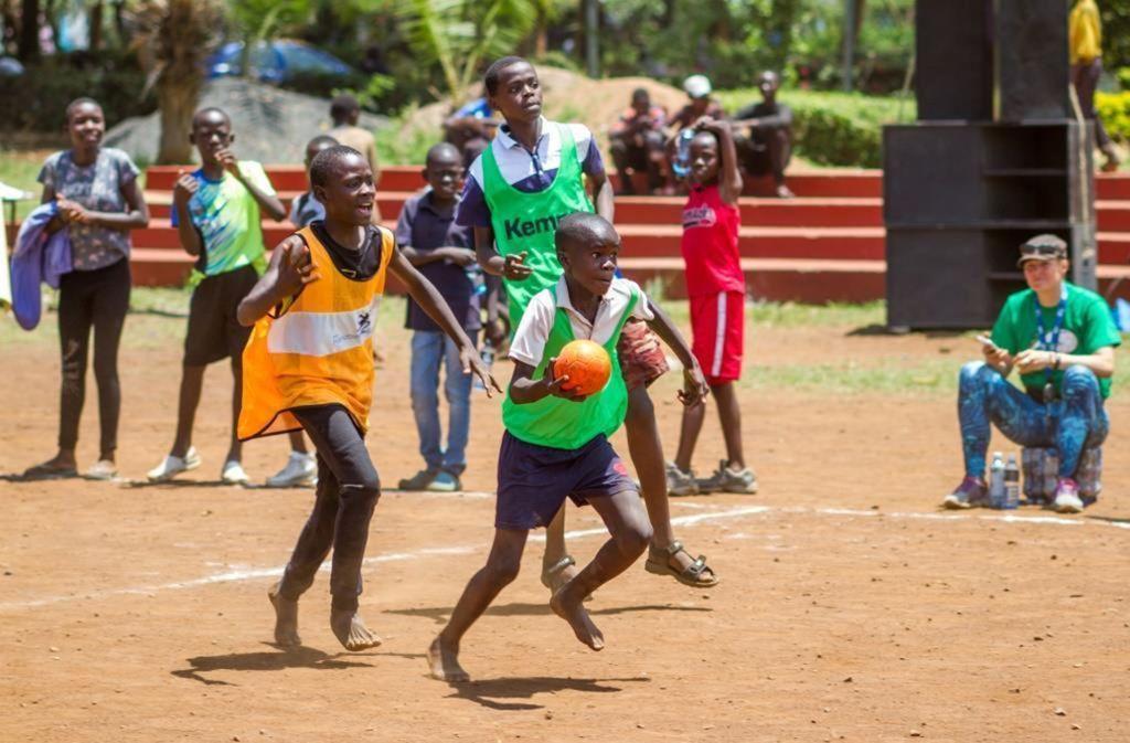 Auch junge Afrikaner haben Spaß am Handball. Foto: STZN