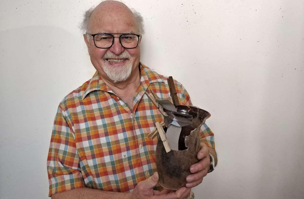 Kurt Sartorius mit einem Tontopf, in dem eine Nachgeburt begraben wurde Foto: Manz