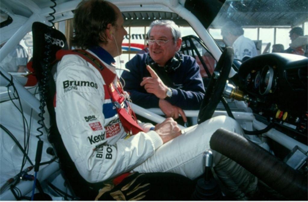 Norbert Singer gibt dem Rennfahrer Hans Joachim Stuck gute Tipps. Foto: Porsche