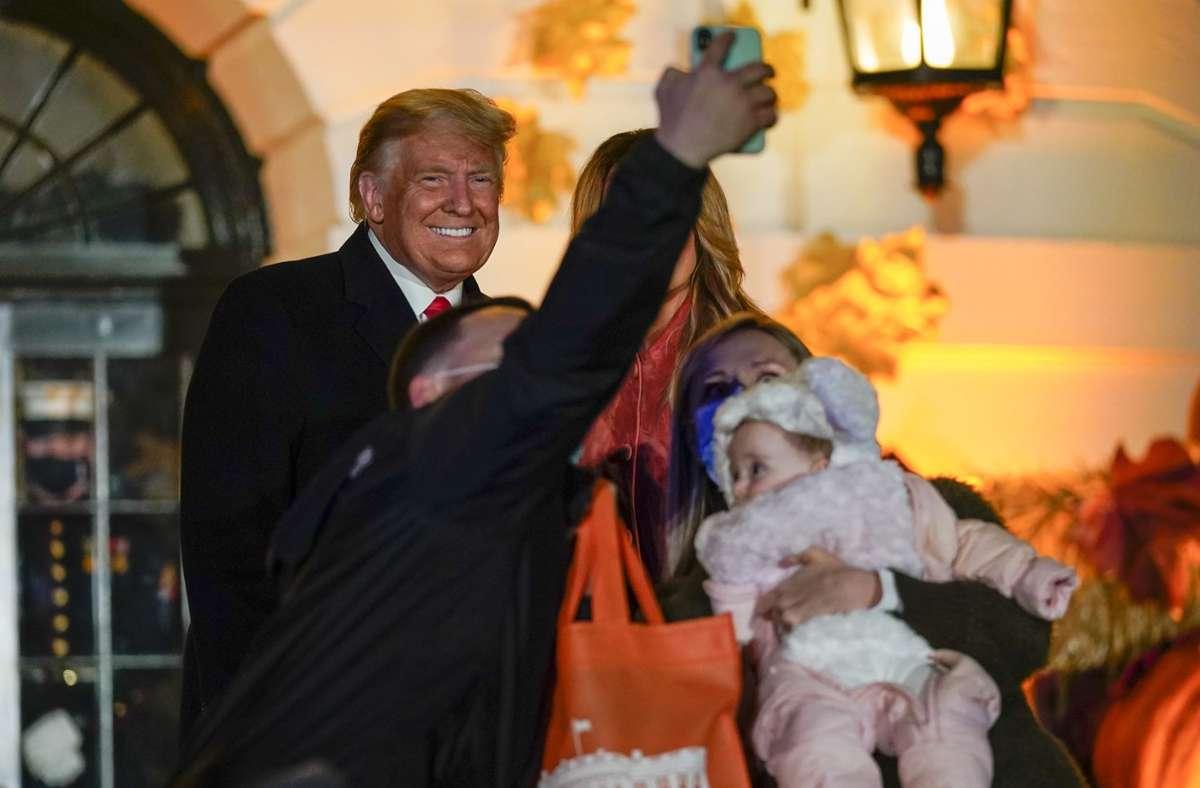 Dieser Besucher nutzte den Besuch im Weißen Haus, um ein Selfie mit seiner Familie und dem US-Präsidenten zu schießen. Foto: AP