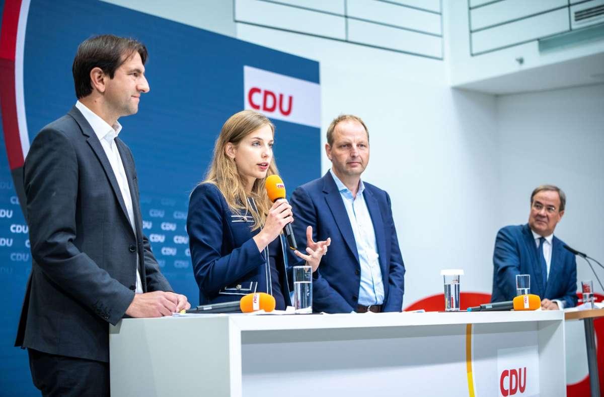 Andreas Jung, Wiebke Winter und Thomas Heilmann präsentieren zusammen mit Armin Laschet (v.l.n.r.) neue Klimaschutz-Vorschläge der CDU. Foto: dpa/Michael Kappeler