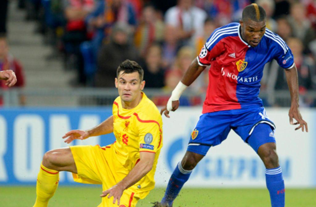 Serey Dié vom FC Basel (rechts) soll angeblich vom VfB Stuttgart umworben werden. Foto: dpa