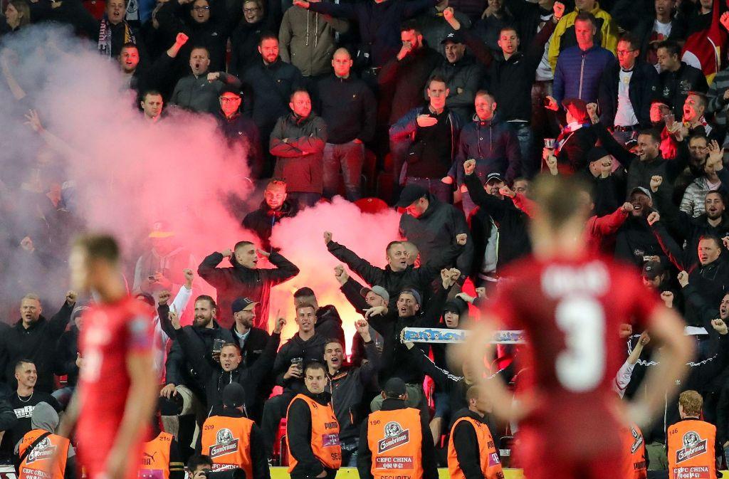 Deutsche Fans haben sich beim Qualifikationsspiel der Nationalmannschaft in Tschechien rechsradikale Ausfälle geleistet. Foto: dpa