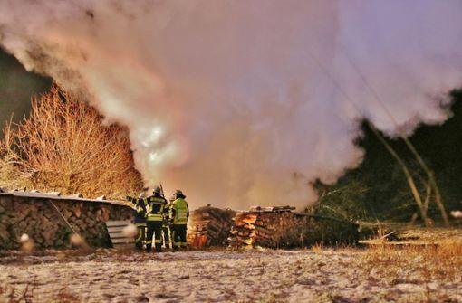 Erneut brennen Holzstapel