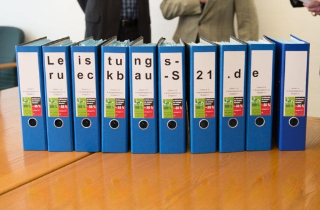 Im März 2015 haben Stuttgart-21-Gegner OB Kuhn mehr als 20.000 Unterschriften für ein Bürgerbegehren übergeben. Foto: dpa