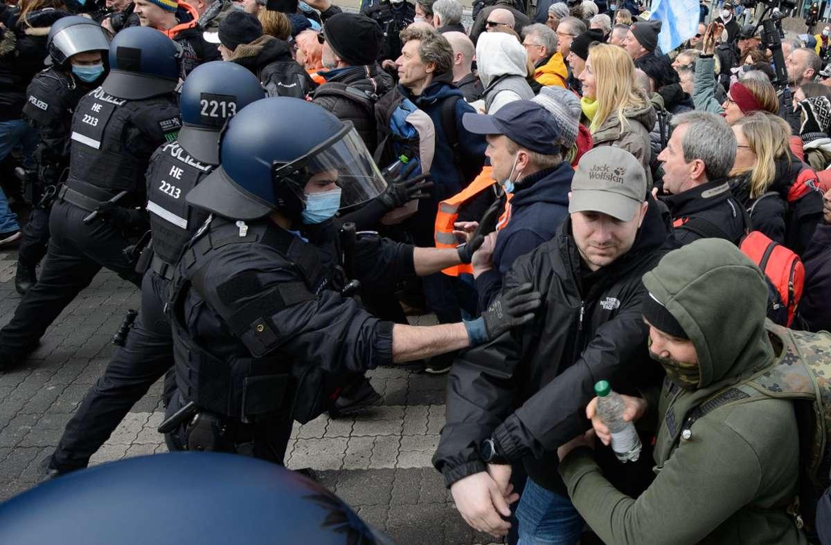 Bei der Demonstration ist es zu Handgreiflichkeiten gekommen. Foto: dpa/Swen Pförtner