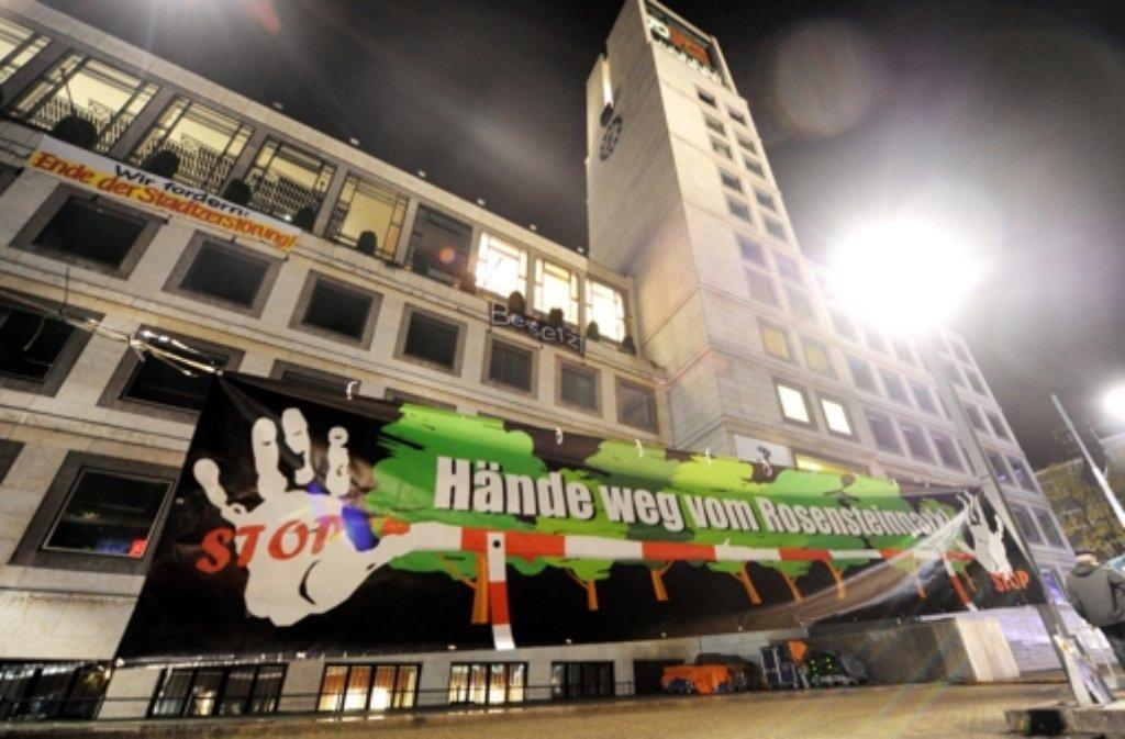 Mehrere Stunden lang haben S-21-Gegner das Stuttgarter Rathaus besetzt. Foto: dpa