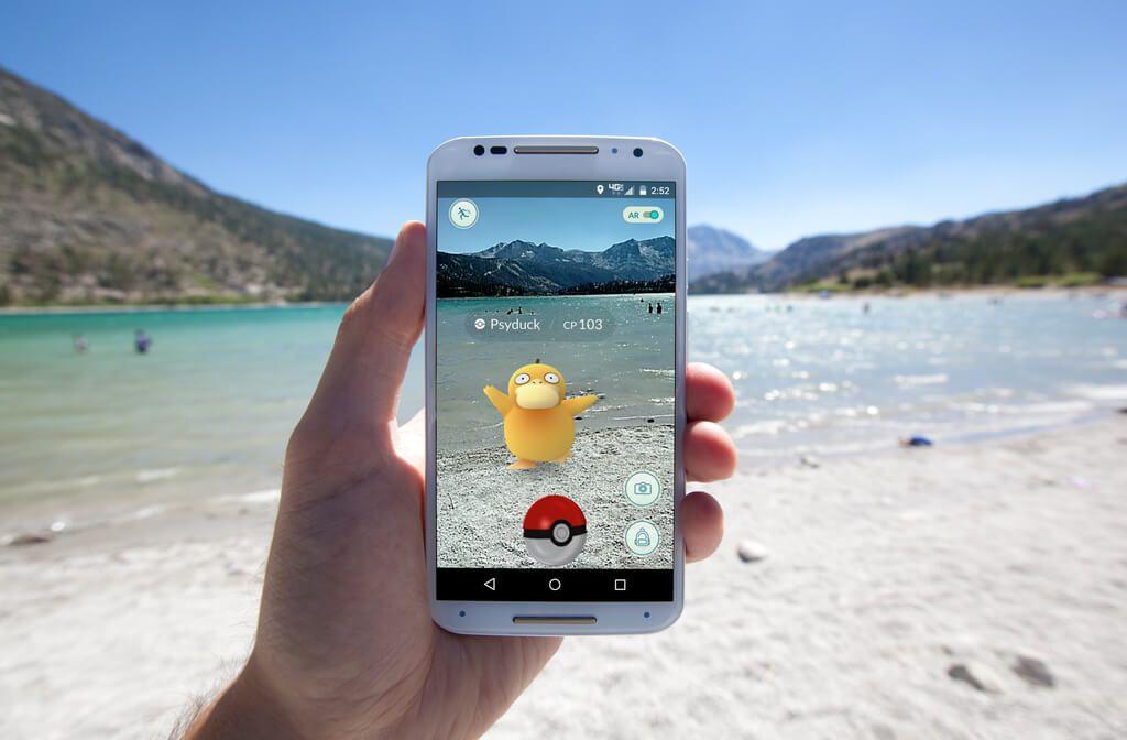 Pokémon GO ist ein Beispiel für eine phygitale App. Foto: Matthew Corley / shutterstock.com