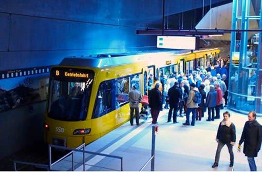 Neugierige Blicke in die neue Stadtbahn