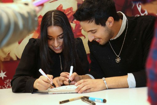 Stuttgarter Youtube-Stars schreiben Autogramme