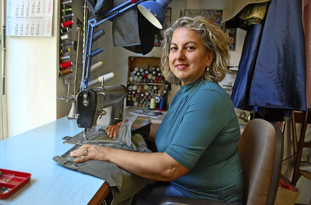 Maria Procopio an der Nähmaschine. In ihrem kleinen Laden in der Reichenhaller Straße erfüllt die Schneiderin so gut wie jeden  Änderungswunsch. Foto: Sebastian Steegmüller