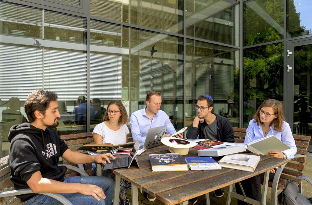 Studierende sitzen im Innenhof der Jüdischen Hochschule zusammen. Foto: Philipp Rothe