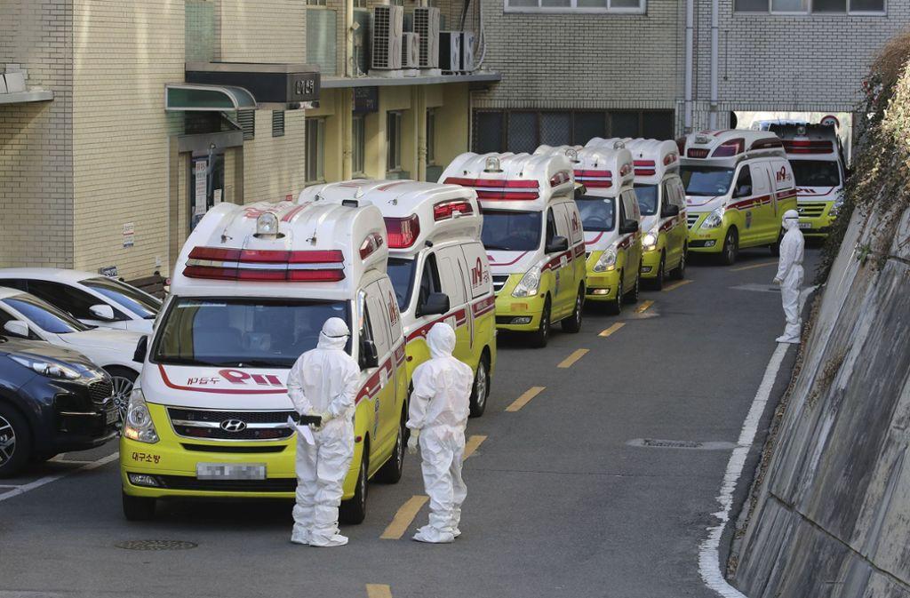 Koreanische Rettungskräfte im Einsatz gegen das Coronavirus. Die Gefahr ist real, doch was ist mit Gerüchte, die in den sozialen Medien kursieren? Foto: dpa/Lim Hwa-Young