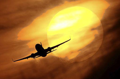 Flugpassagier  mit Klebeband an Sitz gefesselt