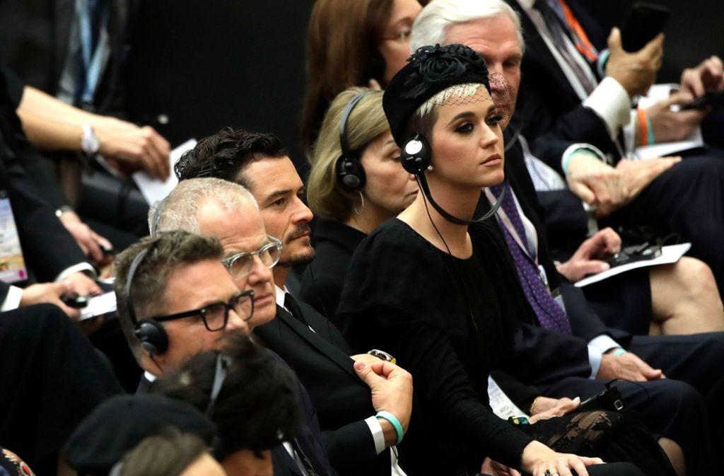 Hand aufs Knie: Katy Perry und Ex Orlando Bloom im Vatikan. Foto: AP