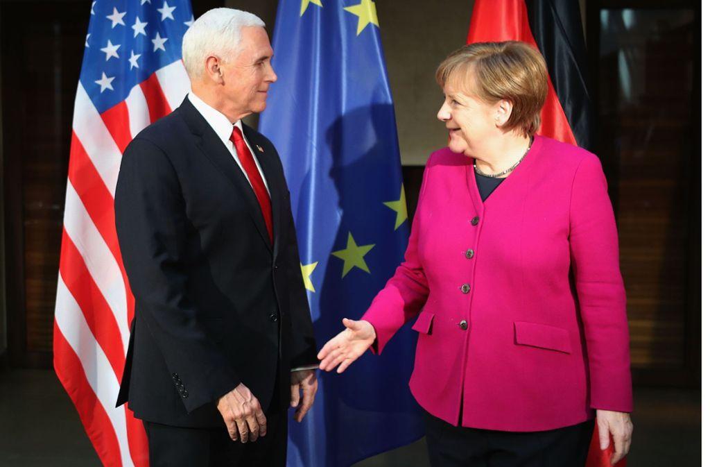 Während US-Vizepräsident Mike Pence von Europa einen Ausstieg aus dem Iran-Abkommen verlangt, kritisiert Angela Merkel die geplanten Autozölle. Foto: Getty Images Europe