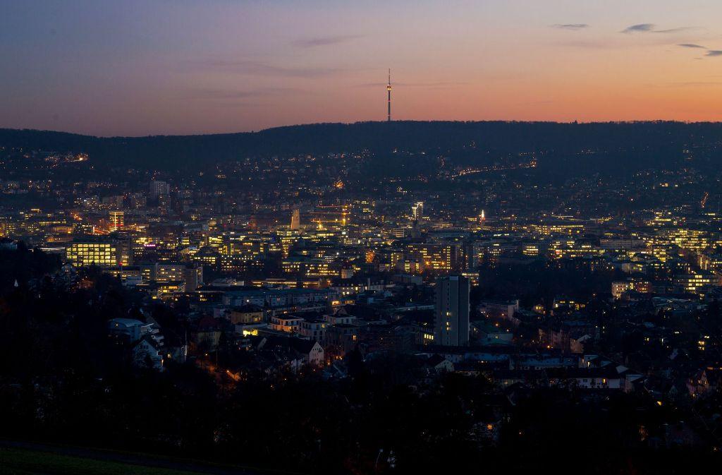 Traumhafter Blick auf Stuttgart zur blauen Stunde. Foto: dpa