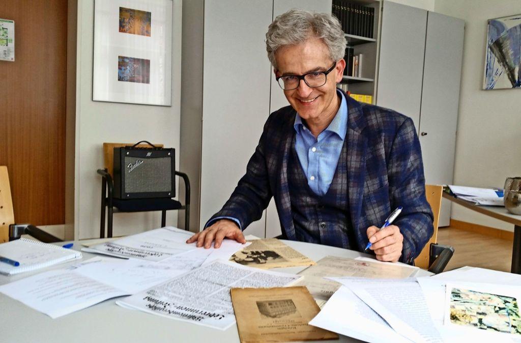 Anhand von Archivmaterial recherchiert Wasel   die Biografie Jenny Heymanns Foto: Eva Funke