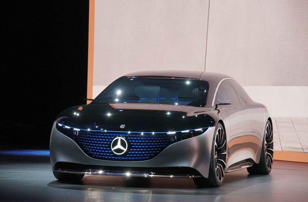 """Die Luxuslimousine von Daimler """"Mercedes-Benz EQS"""" rollt im schnittigen Grauschwarz mit leuchtendem Stern heran. Foto: Andreas Rosar/Fotoagentur-Stuttg"""