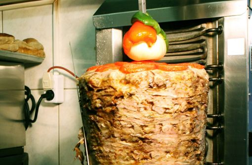 Döner-Mitarbeiter kickt Fleischspieß über den Rotebühlplatz