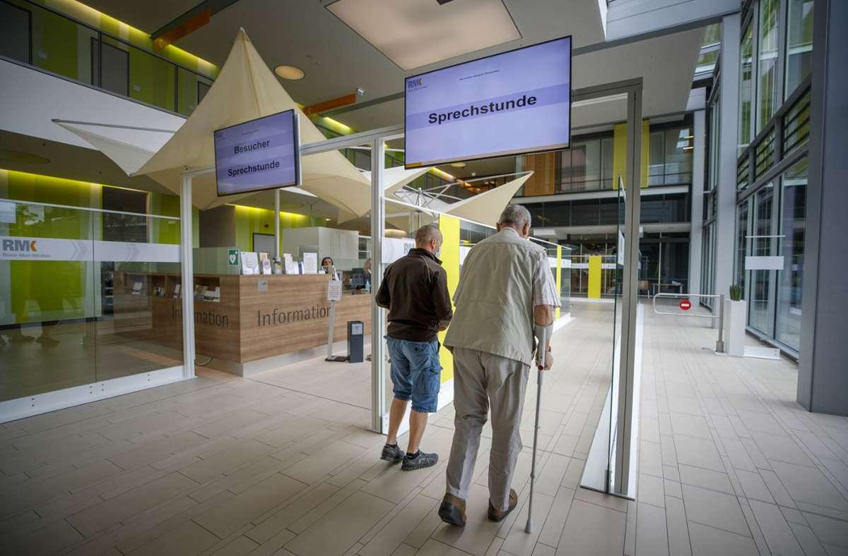 Die Wege von Patienten und Besuchern trennen sich schon am Eingang. Foto: Gottfried Stoppel