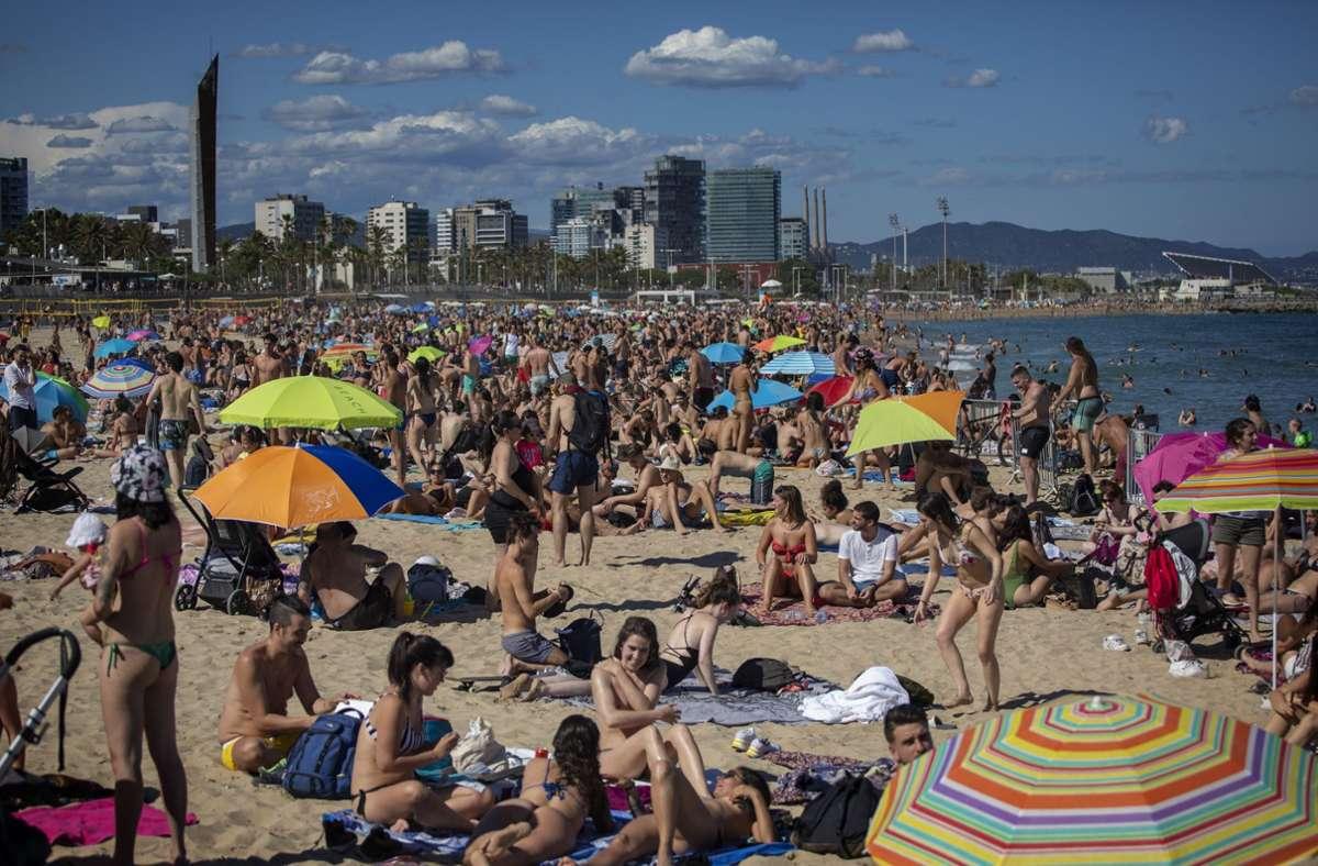 Die Strände in Barcelona werden bereits von Touristen wie Einheimischen überrannt – von Corona keine Spur. Foto: AP/dpa/Emilio Morenatti