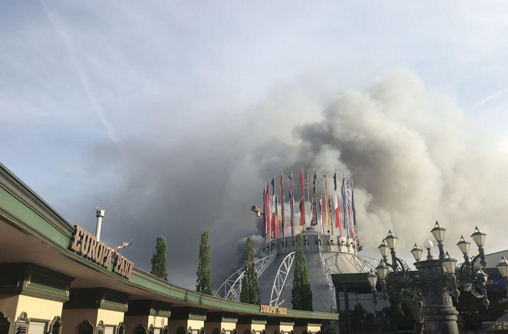 Dunkle Rauchwolken verdunkeln am Samstag den Himmel im Europark. Foto: dpa