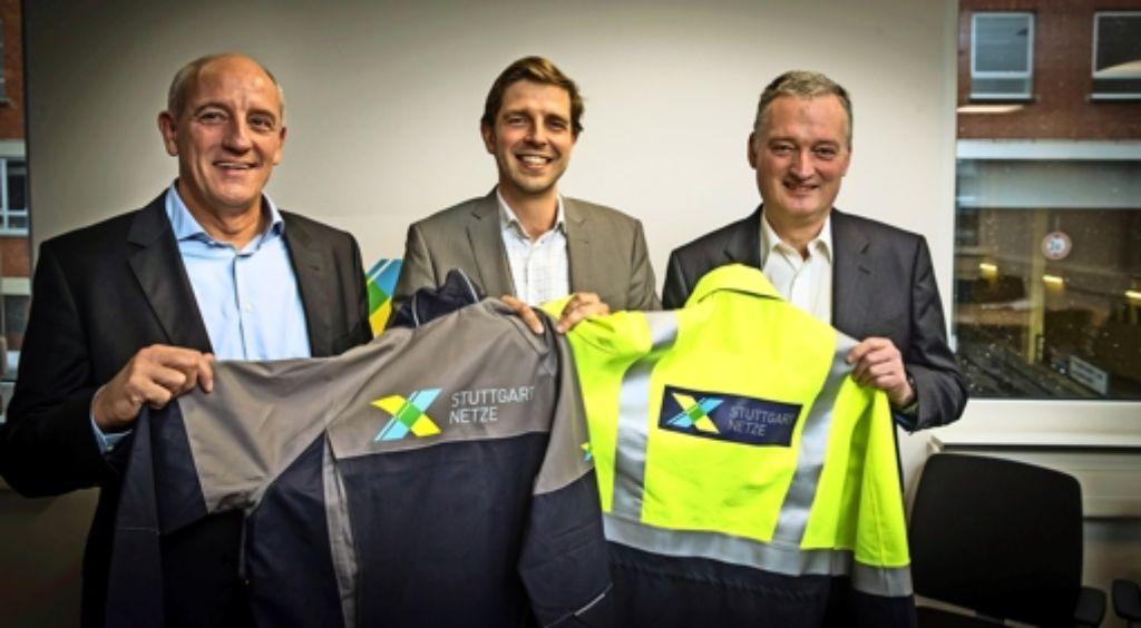 Die Geschäftsführer Harald Hauser, Arvid Blume und Klaus Brändle (von links) präsentieren das Logo der neuen Stuttgarter Netzgesellschaft. Foto: Lichtgut/Achim Zweygarth
