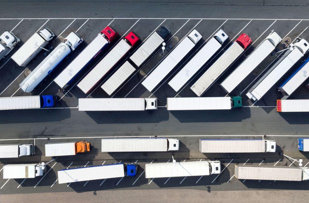 Parkplatznot für Brummifahrer: Abgestellte Lastwagen stehen auf der Rastätte Siegerland Ost (A45). Bundesweit fehlen an den Autobahnen nach Ansicht von Experten tausende Stellplätze. Foto: dpa