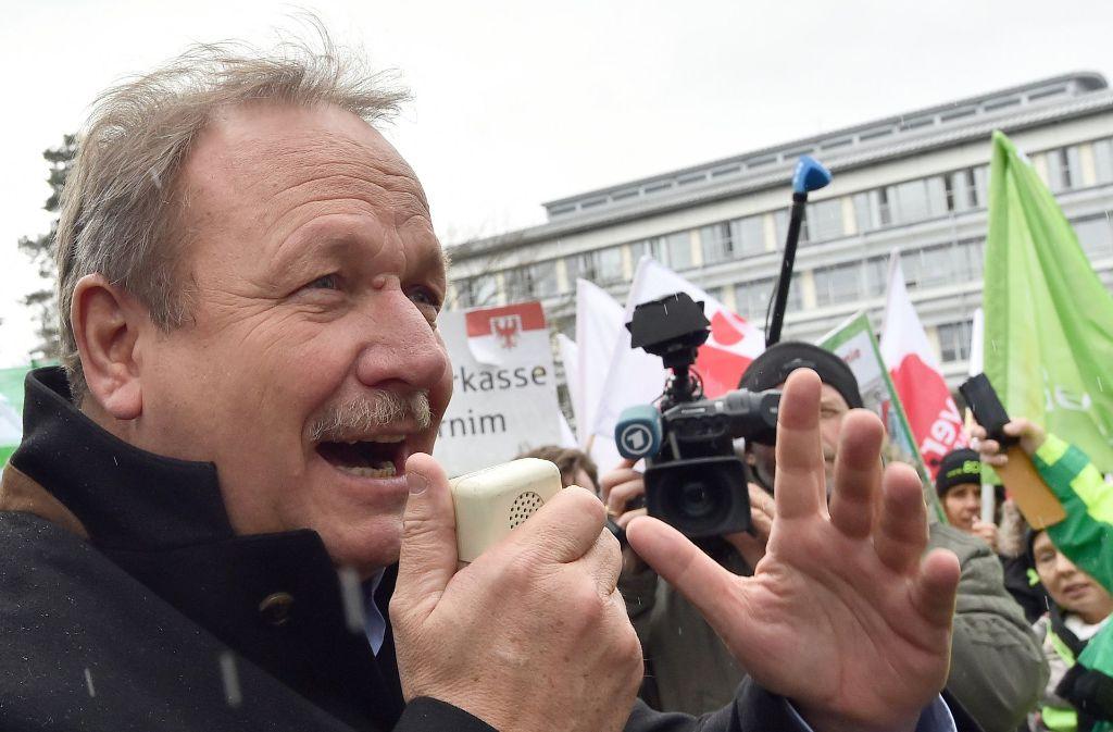 Verdi-Chef Frank Bsirske in seinem Element – am Rande der Verhandlungen im März 2016. Foto: dpa