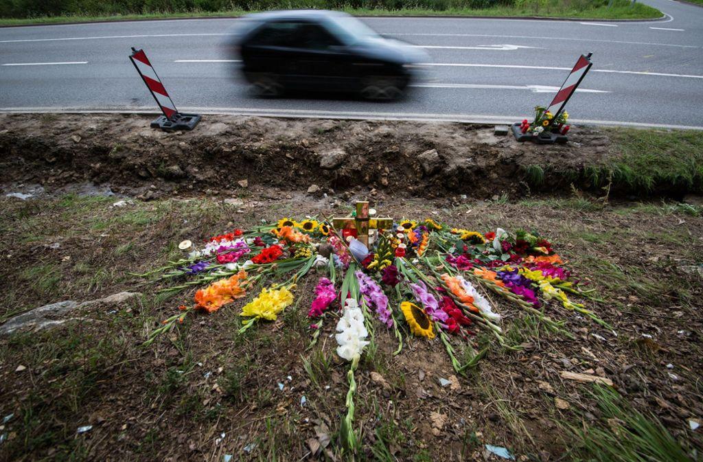 Die Trauerstelle für die Menschen, die durch den umgekippten Müllwagen ums Leben kamen. Foto: dpa