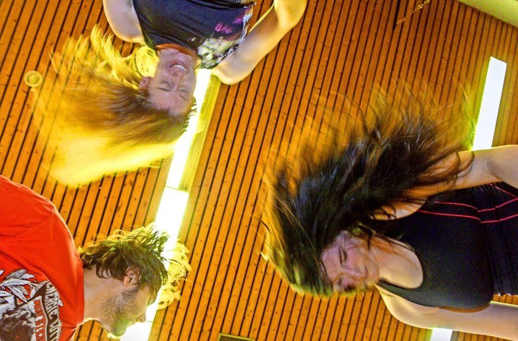 Erst mal die Haare schütteln: Beim Metalza ist das sogenannte Headbanging fester Teil des Workouts. Foto: factum/Bach