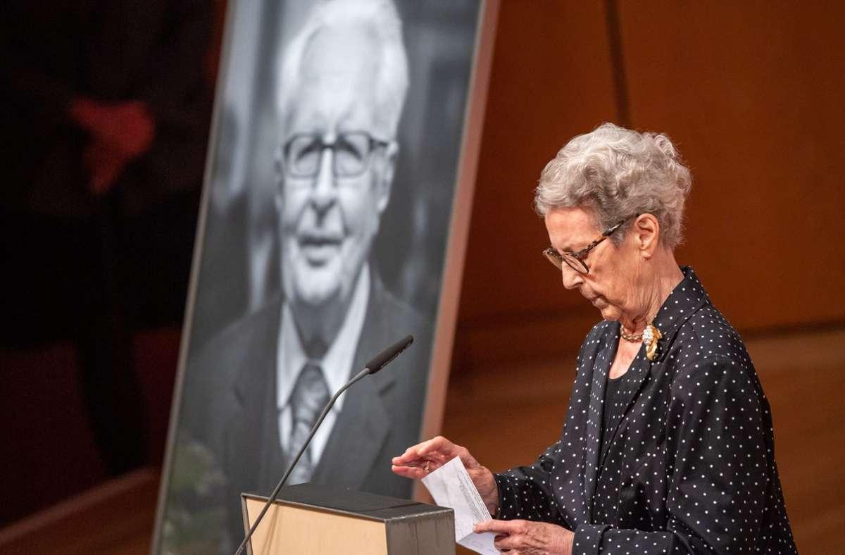 Das letzte Wort bei der Trauerfeier gebührte Hans-Jochen Vogel selbst. Seine Witwe Liselotte las eine Erklärung vor. Foto: dpa/Peter Kneffel