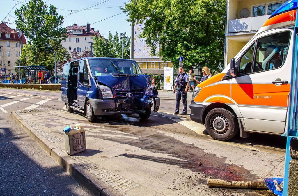Der Transporter-Fahrer kracht gegen die Haltestelle Karl-Olga-Krankenhaus. Foto: 7aktuell.de