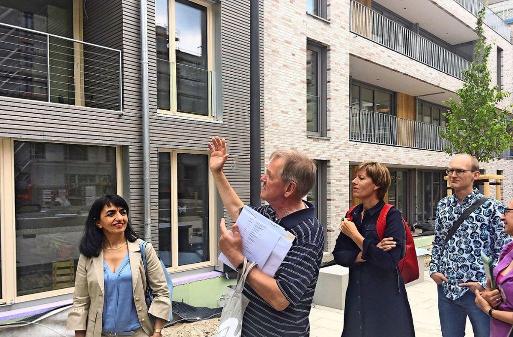 Rüdiger Ahrendt (Mitte) erklärt die Entwicklung auf dem Olga-Areal. Foto: