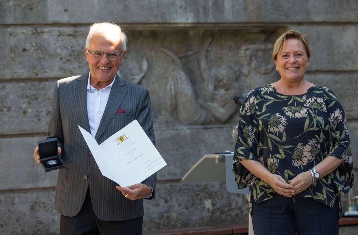 Ausgezeichnet: Jürgen Zeeb mit Ministerin Susanne Eisenmann Foto: Lichtgut/Leif Piechowski