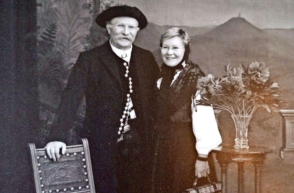 Das Bild haben Wolfgang und Ursula Haug im Freilichtmuseum Beuren anfertigen lassen: In traditioneller Echterdinger Tracht und mit den Accessoires der Jahrhundertwende. Foto: fri
