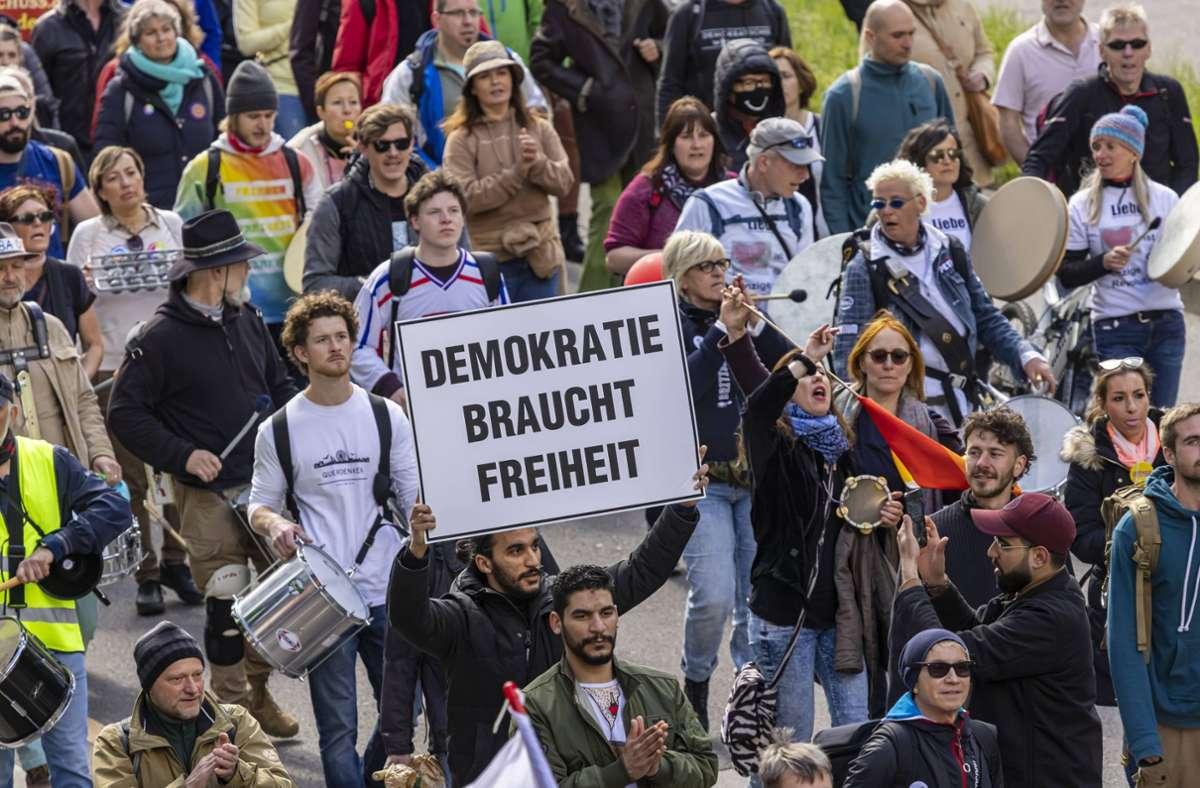 Die Gemeinderatsfraktionen fordern von der Rathausspitze eine Erklärung, warum sie darauf verzichtet haben, die Corona-Demonstration zu verbieten. Foto: imago images/Arnulf Hettrich