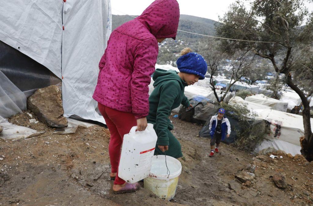 Kinder beim Wasserholen im Flüchtlingslager Moria auf Lesbos. Foto: obs/SOS-Kinderdörfer/Giorgos Moutafis