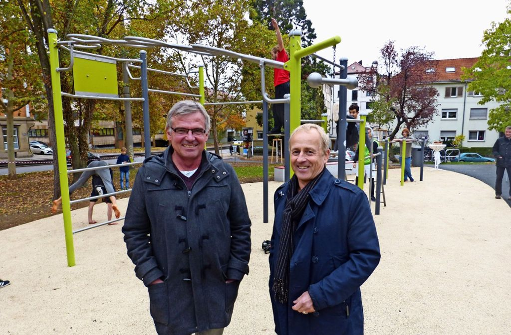 Bezirksvorsteher Bernd-Marcel Löffler (links) und Volker Schirner, Leiter des Garten-, Friedhofs- und Forstamtes, bei  der Einweihung des Parks. Foto: Sebastian Gall