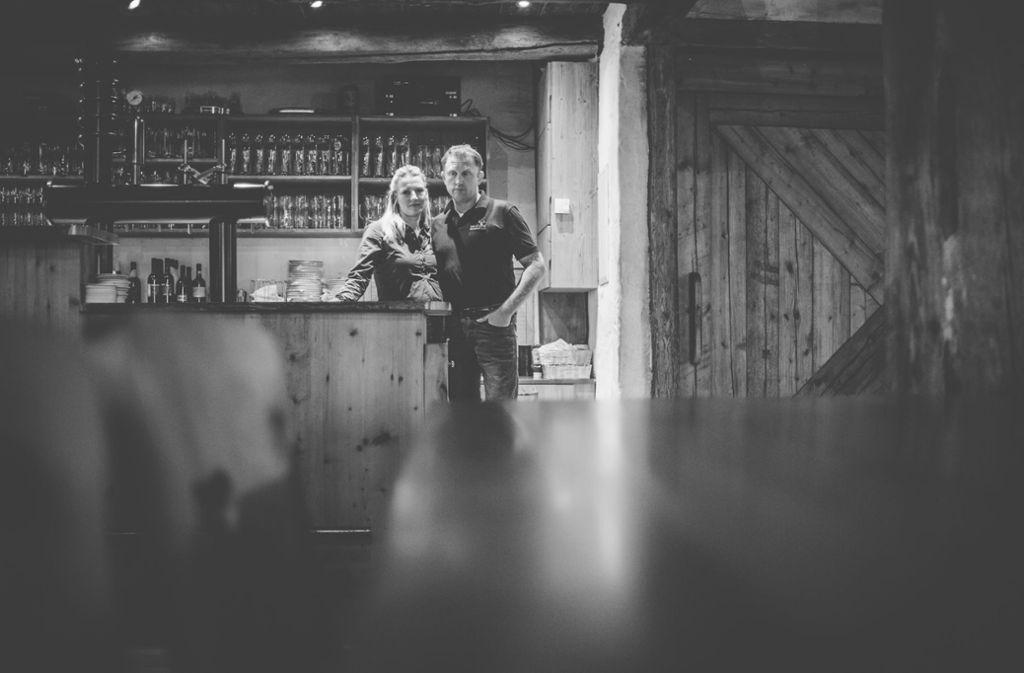 """Frank und Bernadette Heinzelmann im """"Gasthaus Neuhaus"""" in Oberwachingen. Foto: Andreas Reiner Foto:"""