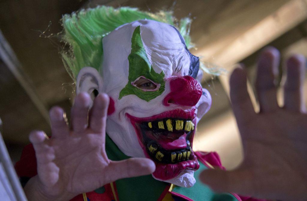 Für den Überfall vermummte sich der Täter mit einer ähnlichen Horror-Clown-Maske. Foto: dpa/Paul Zinken
