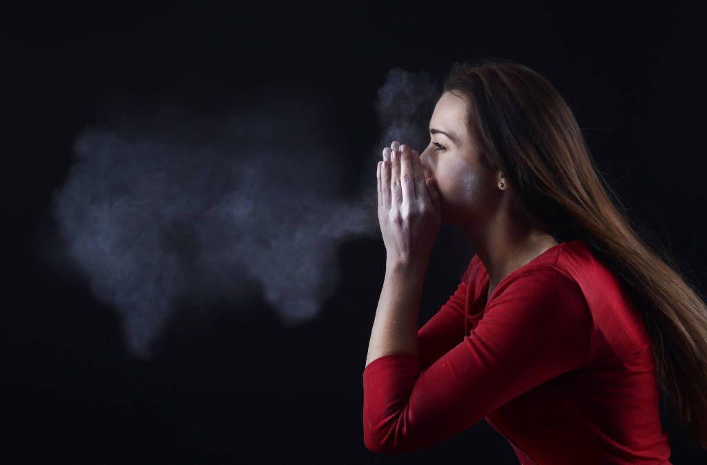 Der Niesreflex ist eine wichtige Körperfunktion. Erfahren Sie hier, warum man niesen muss und was hinter dem Niesreiz steckt. Foto: Westend61 / Imago-Images.de