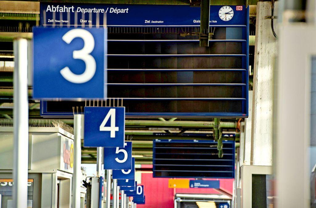 Die Anzeigen der  Fahrgastinformation am Bahnsteig haben  noch keine Stromversorgung. Foto: Leif Piechowski