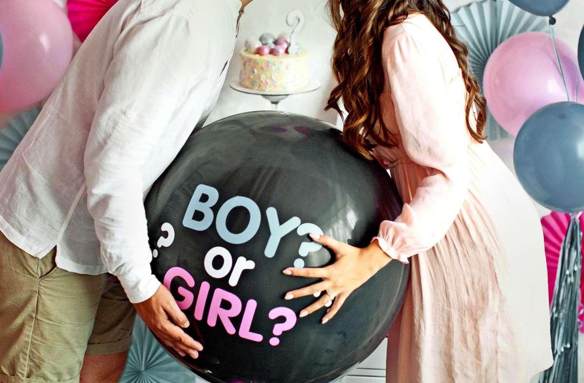 Blau oder rosa? Auf Gender-Reveal-Partys bedeutet das: Junge oder Mädchen? Diese Art der Baby-Partys liegt im Trend, sorgt aber auch für Kritik. Foto: Adobe Stock/aprilante