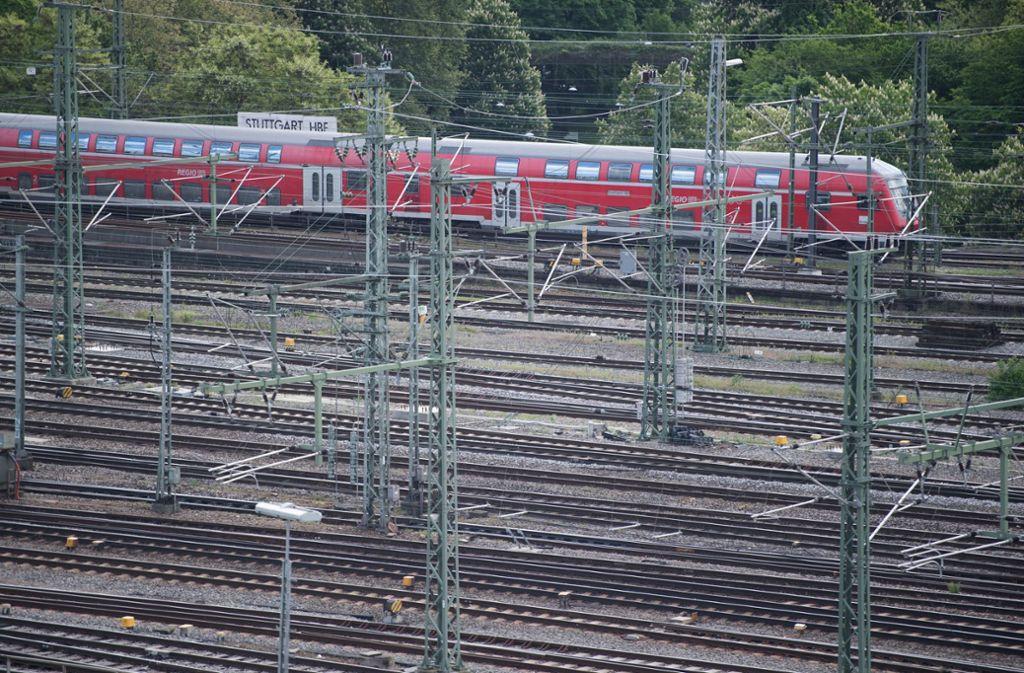 Wo heute noch Gleise liegen, will die Stadt ein neues Viertel entwickeln. Foto: dpa